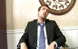 Zoccola brunetta chiavata in ufficio