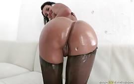 Brunetta eccitata desidera il cazzo nel culo