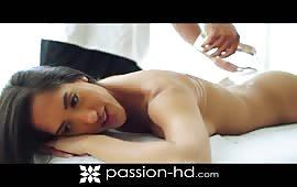 Latina riceve un massaggio e una bella trombata