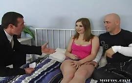 La giovane succhia il cazzo prima di scopare hard