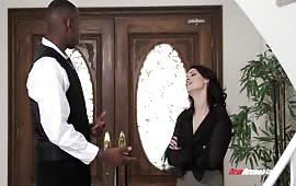 Sesso interrazziale con una moglie ninfomane