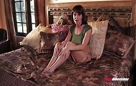 Brunetta sexy penetrata nella figa stretta
