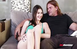 Padre maturo sfonda la figa della figlia