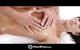 Un intenso massaggio e poi una dura chiavata