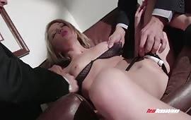Due cazzi grossi per una puttana bionda