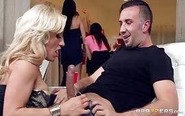 Eccitante porno cuckold durante una festa