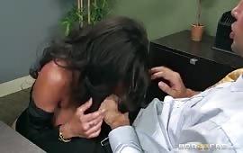 Sesso sfrenato in ufficio con la troia tettona