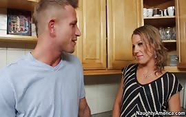 Alyssa Dutch fottuta in cucina da un amico del figlio