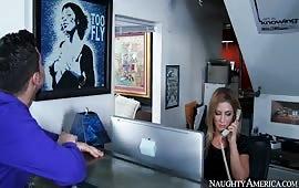 Alura Jenson fottuta da un imprenditore nel suo ufficio