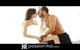 La zoccola mora si fa scopare dopo un massaggio erotico