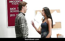 Studentessa brunetta seduce il professore dotato