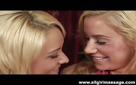 Due amiche lesbiche si leccano le fighe bagnate