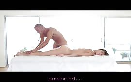 Zoccola si fa sfondare il culo dopo un massaggio erotico
