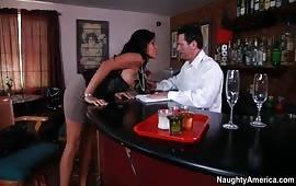 Culona arrapata si fa fottere nel bar