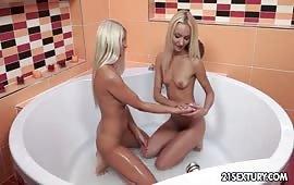Eccitante sesso lesbo nella vasca da bagno
