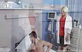 Dottoressa scopata dal paziente dotato