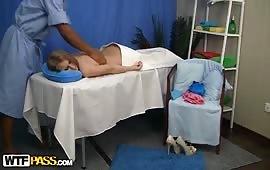 Massaggio erotico con una zoccola affamata