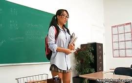 Studentessa giovane penetrata dal cazzo del professore