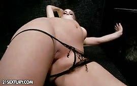 Puttana si masturba la figa navigata in bagno