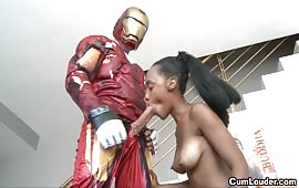Ebony troia scopata da Iron Man