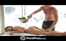 Massaggio e trombata hard con il massaggiatore