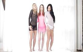 Tre amiche lesbiche si spogliano in un provino