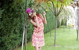 Troia diciottenne mostra la sua passera in giardino