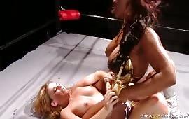Puttana arrapata si gode un cazzo in culo
