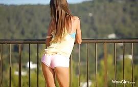 Zoccola diciottenne si masturba sul balcone