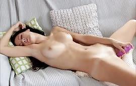 Si masturba sul divano