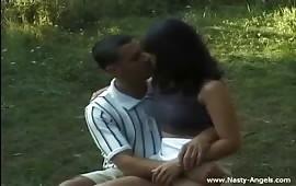 Sesso all'aperto con una coppia perversa