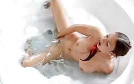 Tettona arrapata si masturba la figa rasata