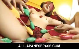 Tanti giocattoli sessuali per una troia appena 18enne