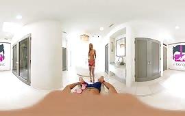 Fantastica troietta bionda si masturba davanti al suo ragazzo