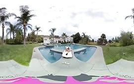 Brunetta porca si masturba vicino alla piscina