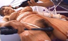 Sgualdrina asiatica riempita di sperma calda in figa