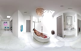 Mignotta tettona si masturba nella vasca da bagno