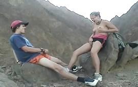 Masturbazione con ditalini e sega in montagna