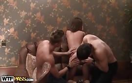 Orgia con tantissimo sesso tra amici