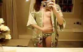 Diciottenne tutta nuda davanti allo specchio