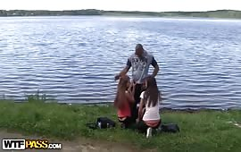 Pompini outdoor con due puttane ingorde
