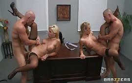 Orgia in ufficio fra colleghi arrapati
