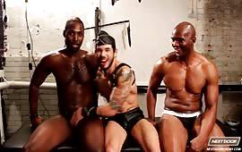 Provino porno fetish con tre gay che si inculano