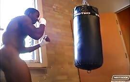 Nero muscoloso fa una sega in sauna