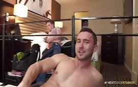 Masturbazione con tre maschi cazzuti