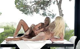 Bionde sexy si masturbano sul terrazzo