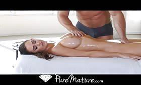 Massaggio e penetrazioni arrapanti per una milf tettona
