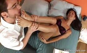 Ariana Fox masturba con un foot fetish un giovane cazzuto