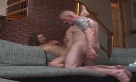 Prostituta sborrata in bocca da un maturo