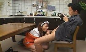 Cazzuto arrapato si fa spompinare dalla cameriera
